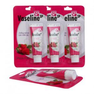 Tuýp dưỡng ẩm Vaseline có công dụng dưỡng và phòng nứt môi, khô môi, làm mềm lớp sừng, nứt da bàn chân, bàn tay. Cho bạn một làn da mền mại và căng mịn. Sản phẩm không lẫn tạp chất nên rất an toàn khi sử dụng.